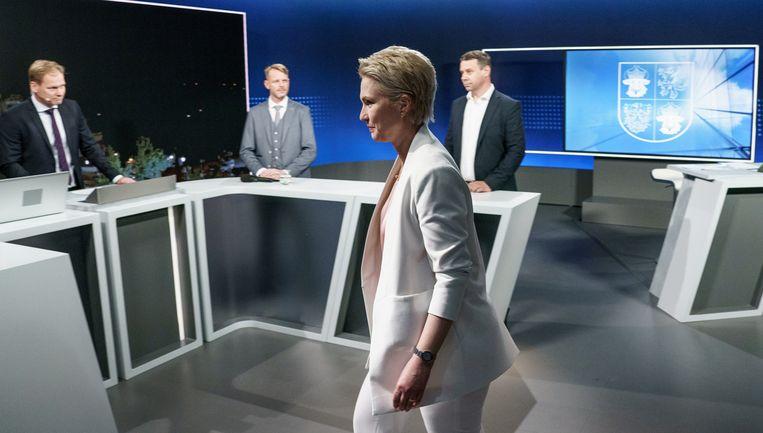 Manuela Schwesig, van de SPD, komt aan in een tv-studio voor een debat met haar opponenten. Niemand kan dan nog vermoeden hoe de verkiezingen zullen aflopen.  Beeld REUTERS