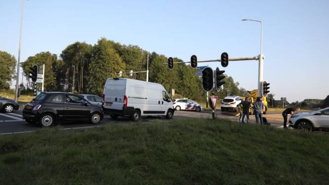 Auto en busje botsen tegen elkaar op N347 tussen Enter en Goor