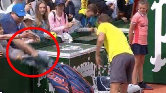 De fan was er als de kippen bij om de handdoek te ontfutselen.