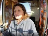 """Kraanmachinist Evi kaffert knoeiende werkman uit vanuit haar cabine: """"No! Afblijven!"""""""