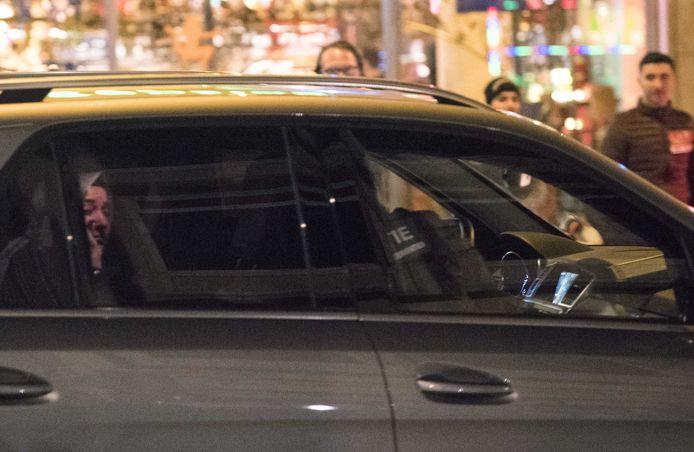 Minister Fatma Betül Sayan Kaya van Familiezaken verlaat 12 maart de omgeving van het Turkse consulaat aan de Westblaak in een politieauto, nadat haar beveiligers zijn gefouilleerd.
