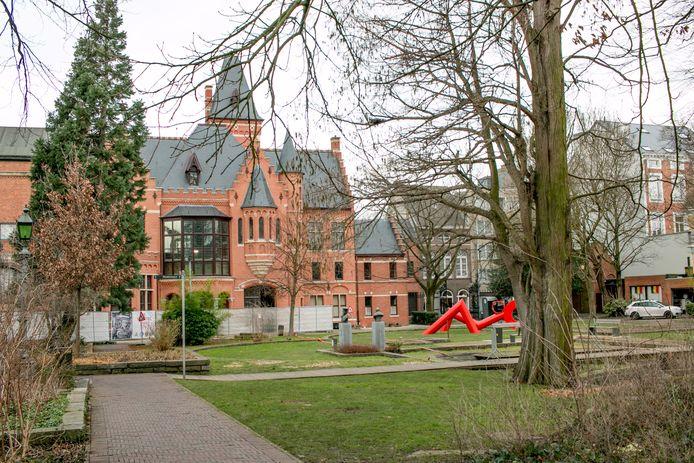 Het Mercatorpark aan de Zamanstraat, met het Huis Janssens en het Mercatormuseum.