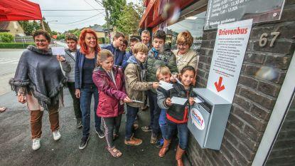 Rode brievenbus in dorp weg, dus plaatst gemeente zélf een exemplaar aan winkel
