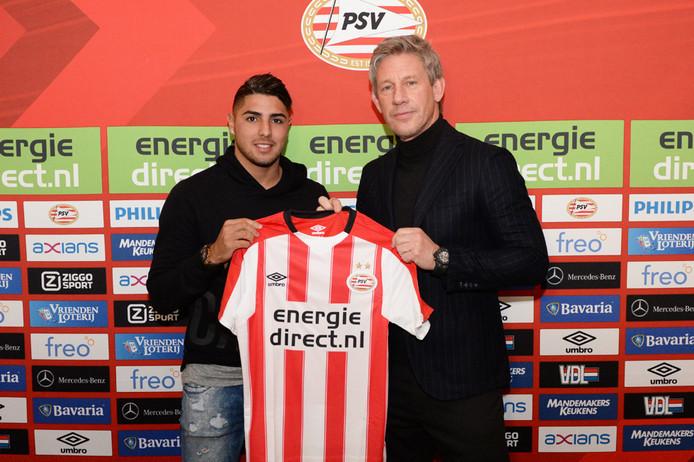 Maxi Romero en voormalig technisch directeur van PSV Marcel Brands, die hem in 2017 naar Eindhoven haalde.