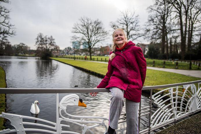 Margriet Smits op de zwanenbrug in park Sonsbeek in Arnhem.