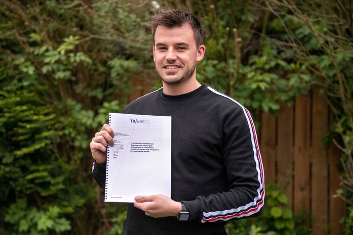 Thierry de Smit, hier met zijn scriptie, behaalde ondanks zijn negatief studieadvies zijn master aan de TU Eindhoven.