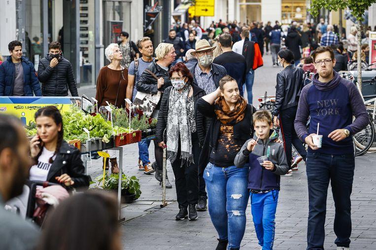 Winkelend publiek in het centrum van Enschede. Beeld ANP