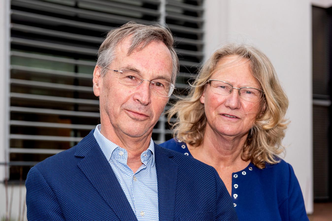 Koen van Vugt en Liesbeth ten Doeschate dragen na 34 jaar hun huisartsenpraktijk over een twee jonge collega's. Ze gaan genieten van hun pensioen.