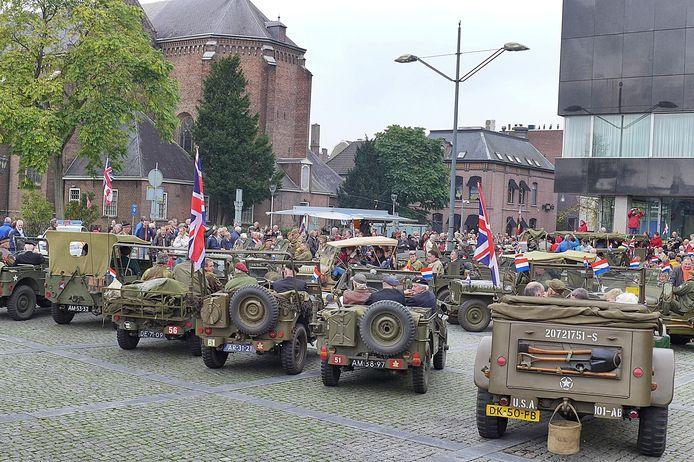 Begin- en eindpunt van de door Tilburger Raymund van Riel georganiseerde straatparade van Keep Them Rolling was op het WIllemsplein in Tilburg-centrum; bijna tachtig antieke legervoertuigen deden mee.