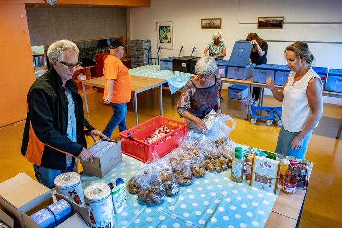 Vrijwilligers van de Voedselbank zetten de pakketten klaar. Sinds kort is er een uitgiftepunt in Nijmegen Noord in voorzieningenhart De Klif.