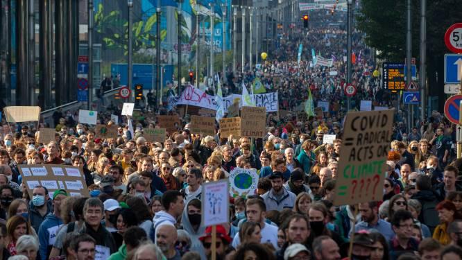 """Tienduizenden klimaatbetogers trekken door hoofdstad: """"Klimaatoplossingen te duur? Noodweer kost ons miljarden"""""""