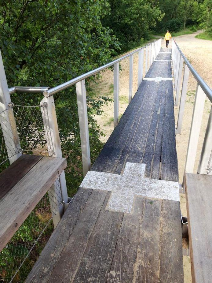 De kabelnetten langs de loopbruggen bij recreatiegebied De Heide zijn gestolen.