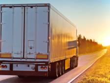 Vrachtwagen in sloot bij Anjum: weg tussen Anjum en Zoutkamp dicht