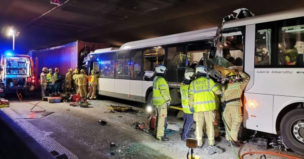 Dode, 5 zwaargewonden en 44 lichtgewonden bij ongeval met twee bussen op ring Antwerpen.