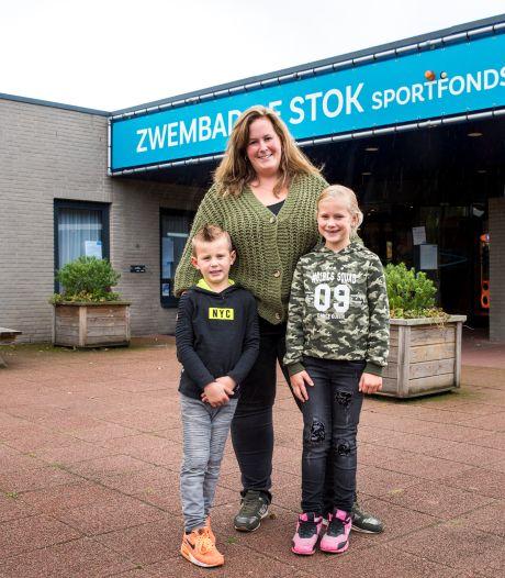 Eén ouder op afstand welkom tijdens diplomazwemmen in West-Brabantse zwembaden