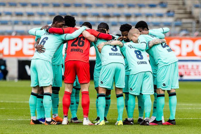 De spelers van Willem II spreken elkaar moed in voor de wedstrijd tegen RKC.