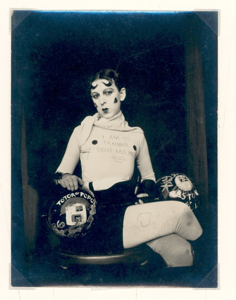 Claude Cahun poseert als bokser, 1927.  Beeld Courtesy of the Jersey Heritage Collections
