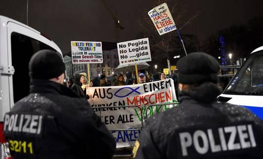 Politie bij anti-Pegidademonstratie in Leipzig.