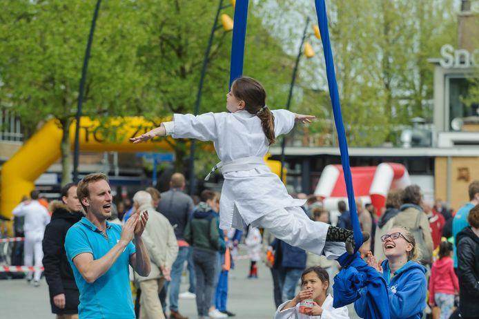 Demonstraties van (sport)verenigingen horen al sinds jaar en dag bij Koningsdag in Hengelo. Of dat zo kan blijven, is nog de vraag als de gemeente de jaarlijkse bijdrage niet verhoogt, zegt de Oranjevereniging.