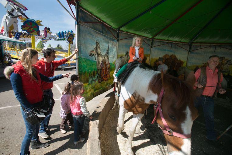 Een ponycarrousel in Genk.  Beeld ID/Mine Dalemans