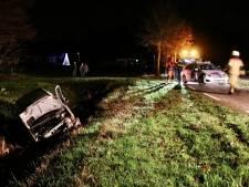 Auto belandt in sloot Denekamp: brandweer bevrijdt bestuurder