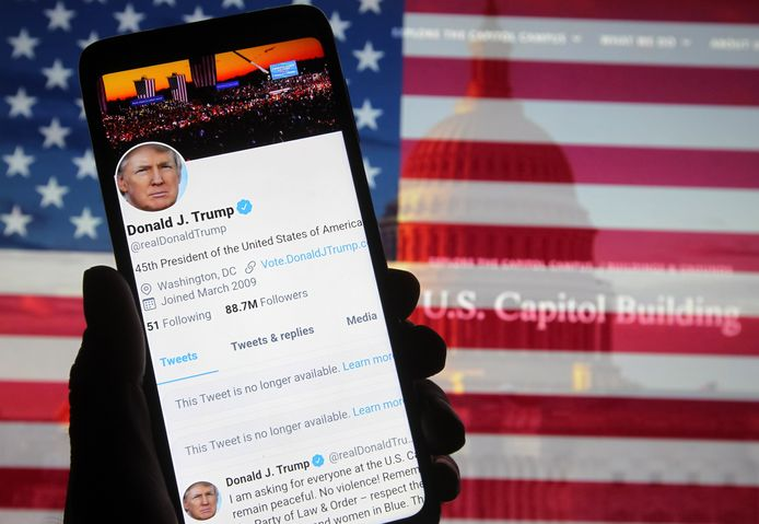 Lange tijd werden er aan tweets van president Trump enkel labels toegevoegd die zijn beweringen weerlegden. Nu worden ook zijn tweets verwijderd en had hij zelfs twaalf uur geen toegang tot zijn account.