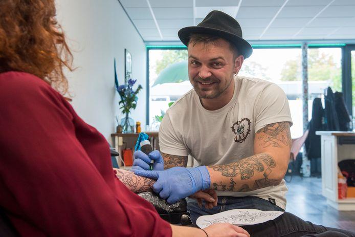 Chris Janssen uit Mierlo heeft zijn eigen tattooshop geopend, ook in Mierlo.