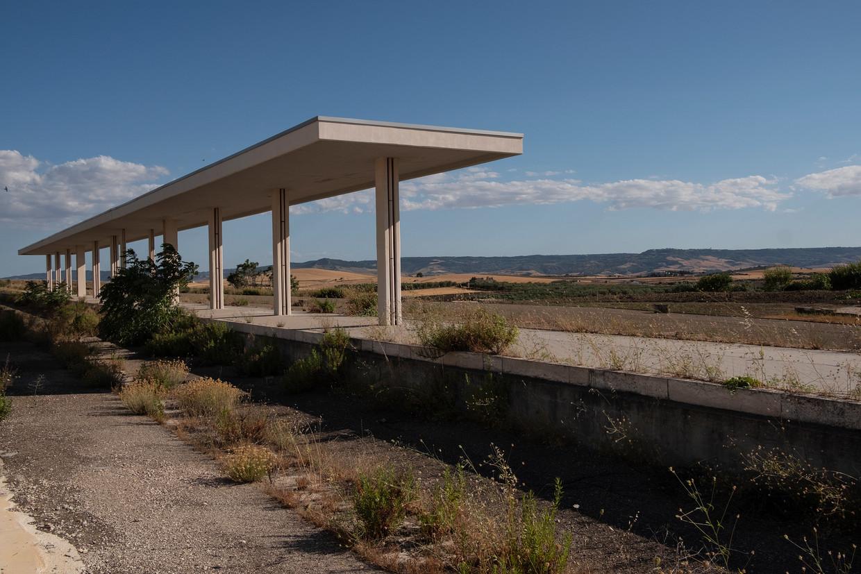 Een station even buiten Matera, een project waaraan al veertig jaar af en toe wordt gewerkt, en dat dan weer stilligt. Een trein naar het zuiden van Italië zoals de bedoeling was, rijdt er nog steeds niet. De inwoners hopen op het Herstelfonds.  Beeld Giulio Piscitelli