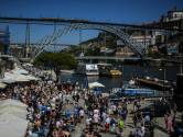 Duizenden fans van City en Chelsea genieten in Porto van bier en zon