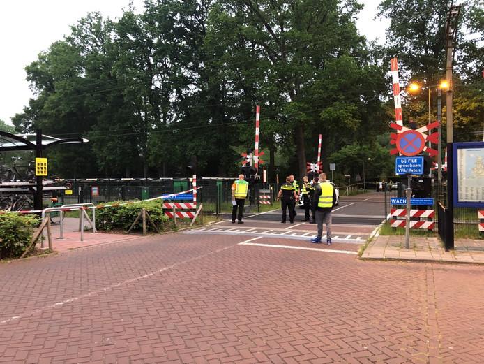 Agenten en mensen van de incidentenbestrijding van ProRail overleggen op een spoorwegovergang bij Ermelo.