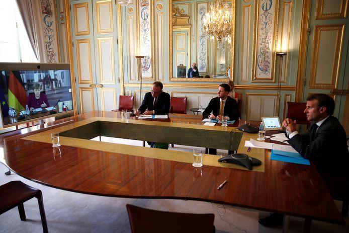 De Franse president Macron in overleg met de Duitse kanselier Merkel over een enorm steunpakket.