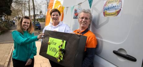 Acht gaat pakketbezorger Willie na 45 jaar missen: 'Tjonge tjonge. Het is geweldig, dit had ik toch niet verwacht