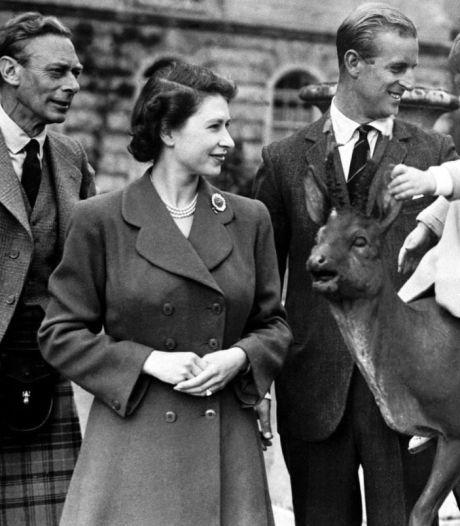 Britse hof deelt foto van jonge Queen met vader op Vaderdag