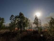 Brandweervrijwilligers geven met boek over brand in de Peel steun aan dorpen