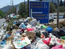 Vakantiegangers op Korfoe schrikken: zelfs voor koninklijk paleis ligt vuilnis
