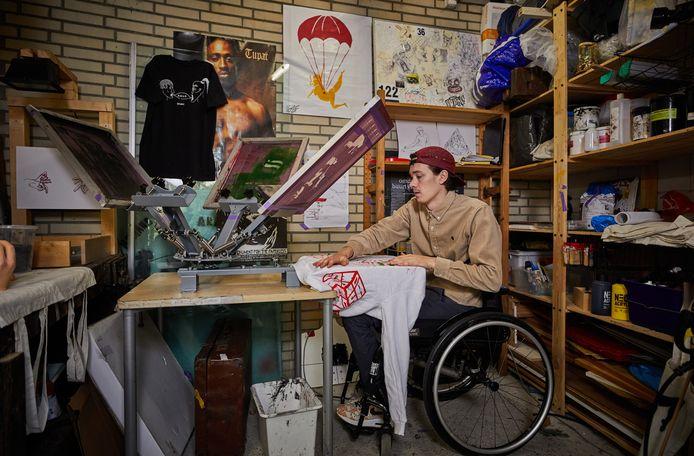 Edo Maas aan het werk in zijn atelier in de schuur. Hij heeft onder meer een eigen kledinglijn.
