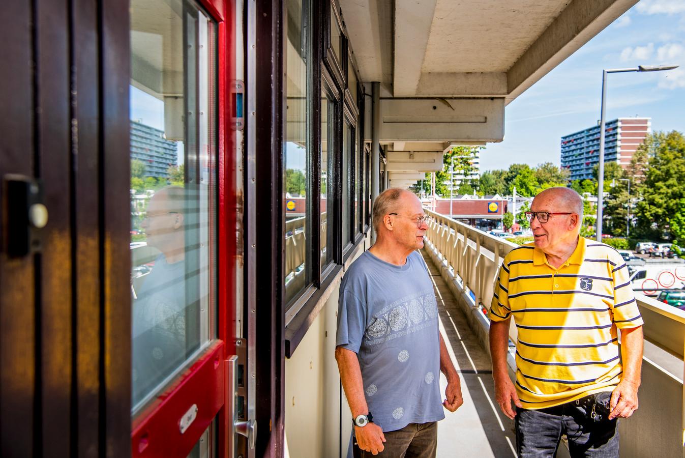 Bewonersvertegenwoordiger Hans Offermans (rechts) in gesprek met bewoner Joop.