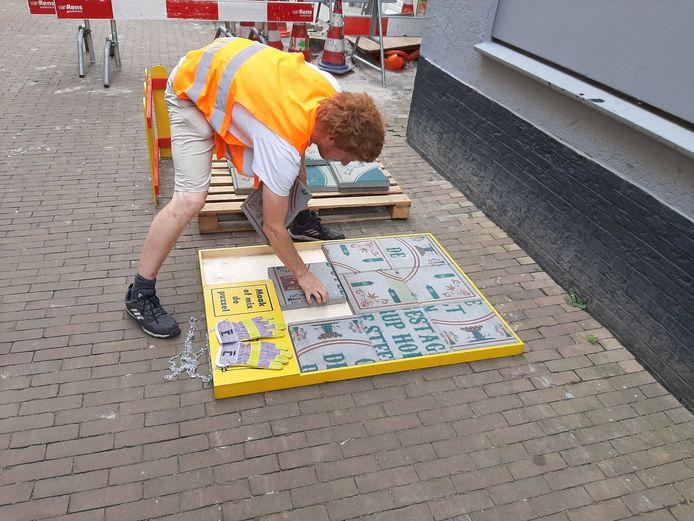 Grote legpuzzel van stoeptegels bij een wiegopbreking in Tilburg.