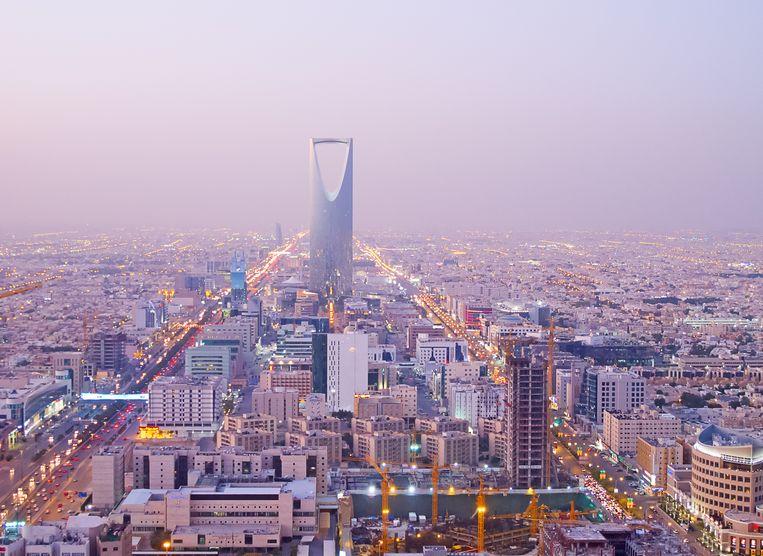 De hoofdstad van Saoedi-Arabië is te herkennen aan de 'Kingdom Tower'. In Riyad wonen naar schatting zes miljoen mensen.