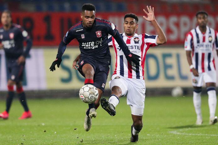 Danilo (links) schudt Driess Saddiki van Willem II van zich af.