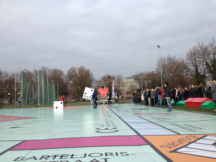 In Wageningen werd woensdag het record 'spelen op het grootste Monopoly-bord ter wereld' gehaald.