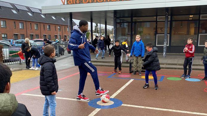 Yamill Wip geeft sportles aan jeugdige scholieren.