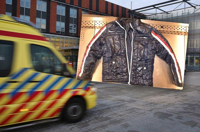 De blauwe gewatteerde jas die de onbekende man droeg bij binnenkomst in het Gelre Ziekenhuis in Zutphen.