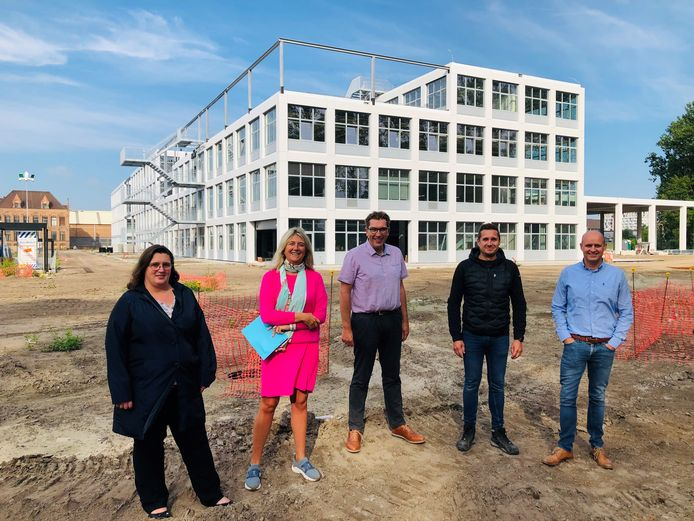 Het nieuwe schoolgebouw van VTI langs de Vaartdijkstraat ziet er steeds indrukwekkender uit.