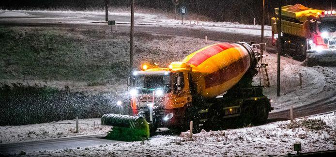 Sneeuwschuivers op de snelweg A2 nabij Eindhoven.