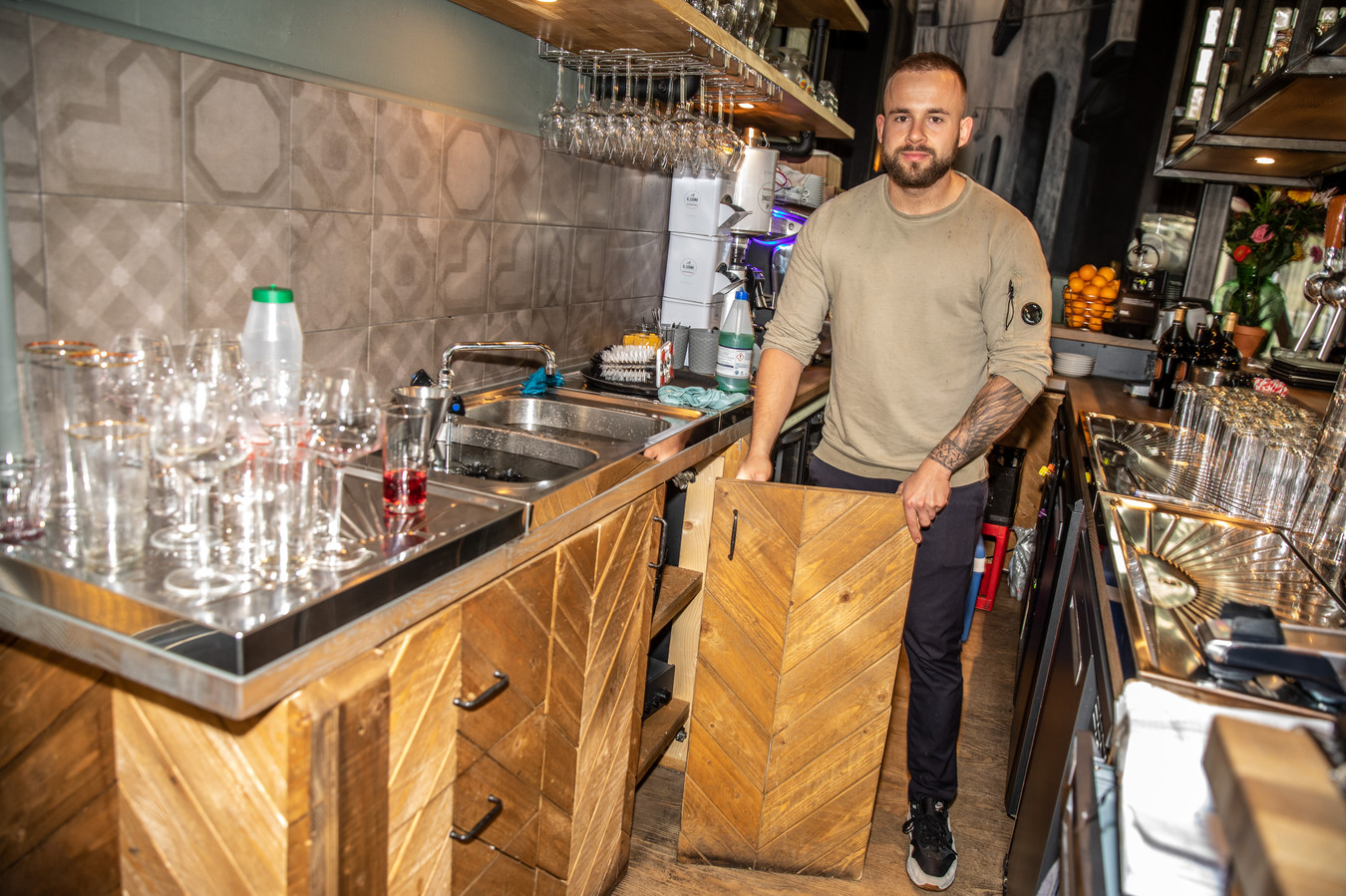 Bjorn Parrella, restauranthouder van La Terra Italiana met één van de deurtjes in zijn handen die de inbreker tijdens één van de drie inbraken forceerde. De meeste schade is inmiddels alweer hersteld.