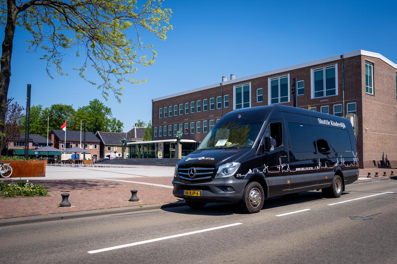 De shuttlebus die dagelijks van en naar Kinderdijk rijdt, voor het gemeentehuis van Alblasserdam. Het feit dat deze bus gaat rijden op zondag was voor de SGP reden om het vertrouwen in de coalitie met PvdA en CDA op te zeggen.