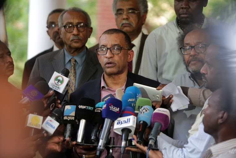 Omar al-Dujir van oppositiebeweging 'Alliance for Freedom and Change' tijdens een persconferentie bij de Ethiopische ambassade.  Beeld EPA