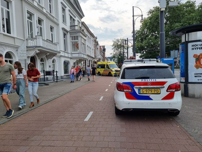 Twee fietsers kwamen vandaag in botsing op het fietspad in het centrum van Arnhem.