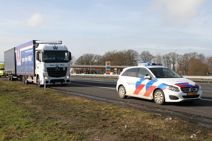 Politie bij de vrachtwagen langs de A1 bij Holten